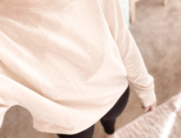 cute sporty outfit idea, fabletics sweatshirt outfit, athletic outfit